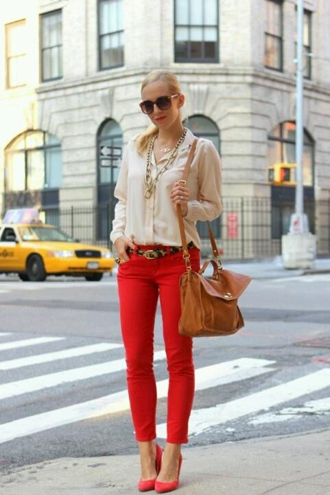 calça vermelha nude