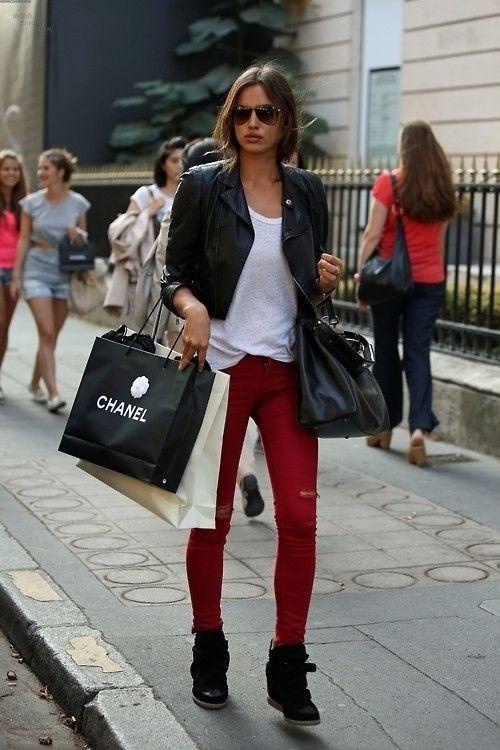 calça vermelha rasgada
