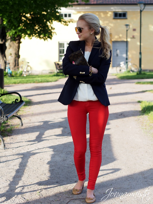 calça vermelha trench