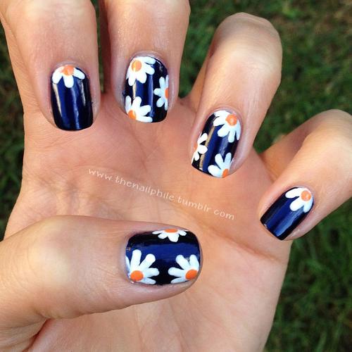 unha flor no azul marinho