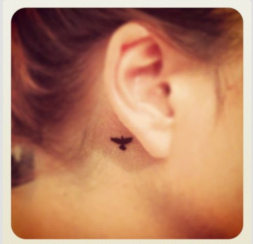 tatuagem orelha pássaro